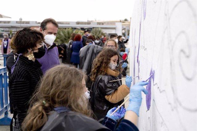 Jóvenes del municipio crean un mural por la igualdad