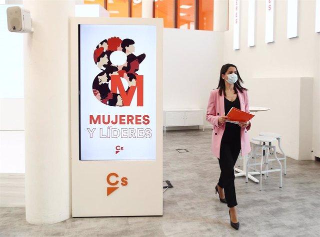 La presidenta de Ciudadanos, Inés Arrimadas, antes de ofrecer una rueda de prensa en la sede del partido en Madrid.