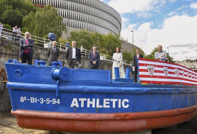 Archivo - El alcalde de Bilbao, Juan Mari Aburto, la diputada foral de Euskera, Cultura y Deporte, Lorea Bilbao;, y el presidente del Athletic, Aitor Elizegi, en la gabarra