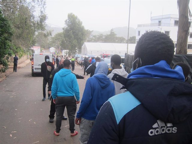 Migrantes entrando al campamento de Las Raíces