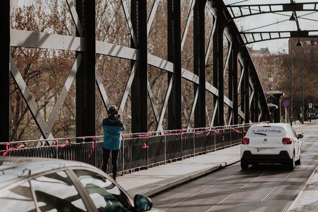 Las cintas rosas ondean al viento en el Puente Colgando de Valladolid.