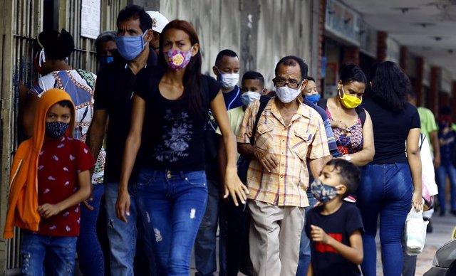 Archivo - Personas con mascarilla en Venezuela