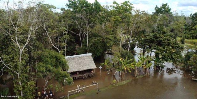 Casa en la Amazonia peruana con un panel solar de Acciona instalado