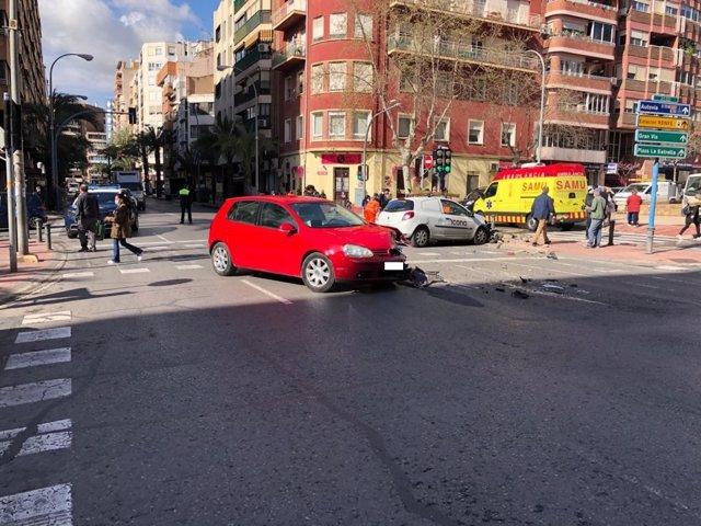 La Policia Local Auxilia A Dos Persones Ferides En Un Aparatoso Accident En El Centre D'Alacant