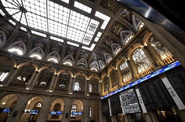 Interior del edificio de la Bolsa de Madrid, (España), a 3 de marzo de 2021. La Bolsa ha comenzado la sesión de este miércoles con una subida del 0,54% que permitía al selectivo madrileño cotizar en los 8.402,30 puntos en una apertura protagonizada por el