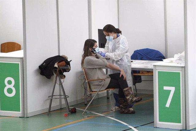 Un empleada sanitaria suministra la vacuna contra la Covid-19 en el dispositivo de vacunación puesto en marcha en el polideportivo Germans Escales, en Palma de Mallorca, Islas Baleares, (España), a 8 de marzo de 2021.