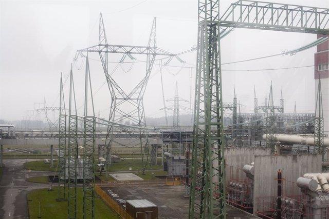 Líneas eléctricas de alta tensión en la central nuclear de Temelin, en República Checa