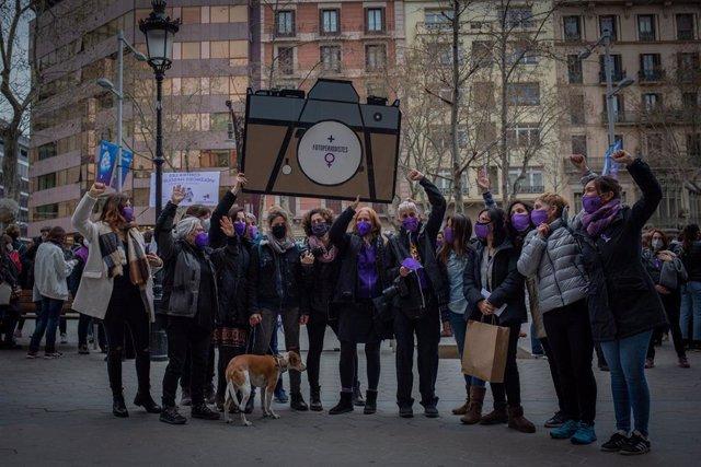 Mujeres comunicadoras se han concentrado este lunes 8 de marzo en el Paseo de Gràcia de Barcelona para reclamar el fin de la brecha salarial en su sector y el fin de las violencias machistas.