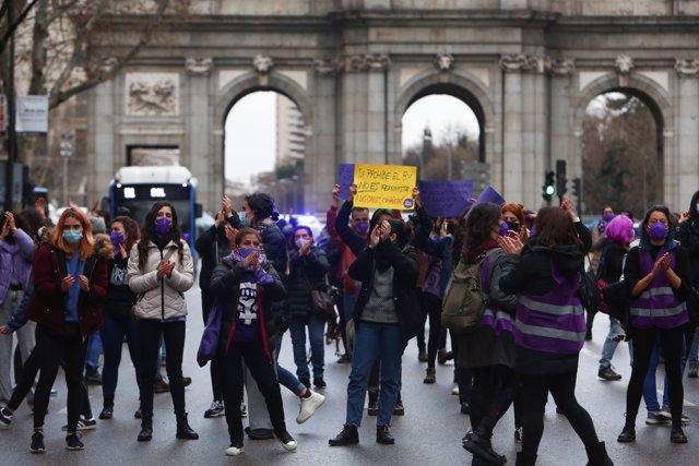 Varias mujeres participan en una manifestación feminista en la calle Alcalá, en Madrid (España), a 8 de marzo de 2021.