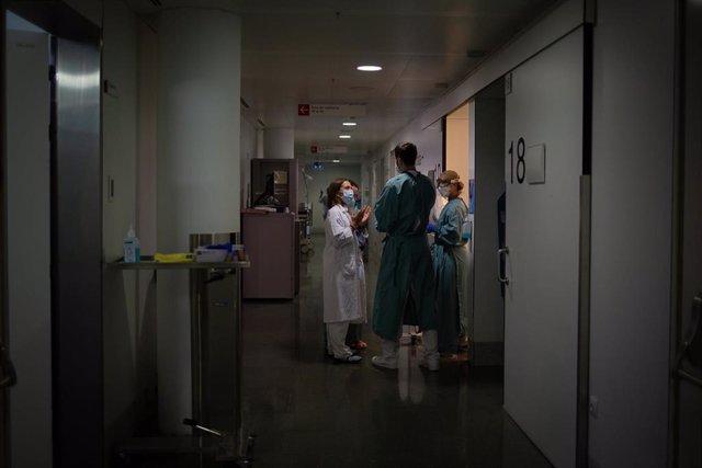Archivo - Personal sanitario en un pasillo de la Unidad de Cuidados Intensivos –UCI- del Hospital de la Santa Creu i Sant Pau, integrado en la Red Hospitalaria de Utilización Pública de Catalunya, en Barcelona, Catalunya (España), a 6 de noviembre de 2020