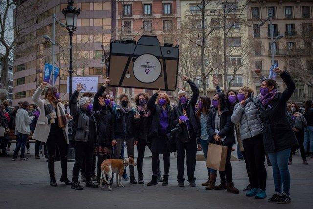 Dones comunicadores s'han concentrat aquest dilluns 8 de març al Passeig de Gràcia de Barcelona per reclamar la fi de la bretxa salarial en el seu sector i la fi de les violències masclistes.