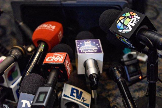 Archivo - Imagen de archivo de unos micrófonos