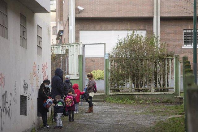 Un grupo de niños en la entrada de un colegio. Archivo.