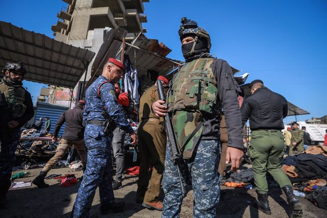 Archivo - 21 January 2021, Iraq, Baghdad: Members of Iraqi security forces gather at the scene of a twin suicide attack in a street market selling used clothes in central Baghdad. At least 28 people were killed and more than 70 were injured in a twin suic