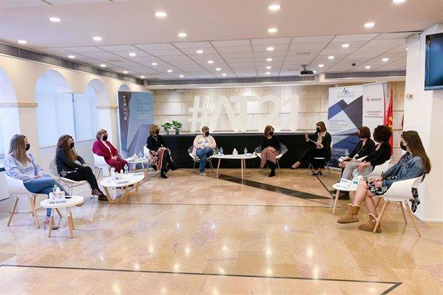 """El Colegio Oficial de Aparejadores y Arquitectos Técnicos de Zaragoza (COAATZ)  ha organizado la mesa de debate """"Nosotras también construimos""""."""