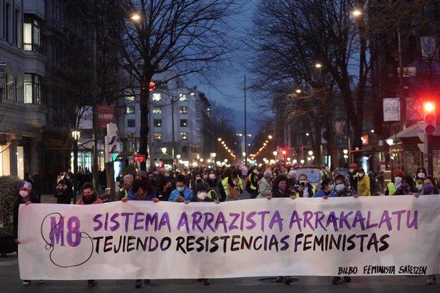 Miles de personas recorren convocadas por el Movimiento Feminista, por el 8M