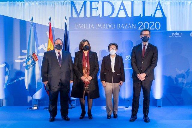 El presidente de la Xunta, Alberto Núñez Feijóo, junto a los premiados, en el acto de entrega de las medallas Emilia Pardo Bazán 2020