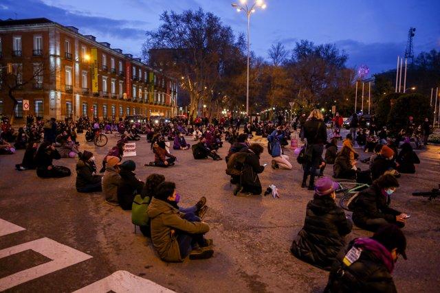 Varias mujeres participan en una concentración feminista con motivo del Día Internacional de la Mujer en la Plaza de Neptuno.