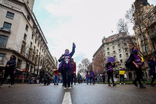 Varias mujeres participan en una manifestación feminista en la calle Alcalá, en Madrid (España), a 8 de marzo de 2021. Un grupo de feministas han marchado por la calle Alcalá hasta Cibeles alrededor de las 18 horas mientras coreaban proclamas en favor de