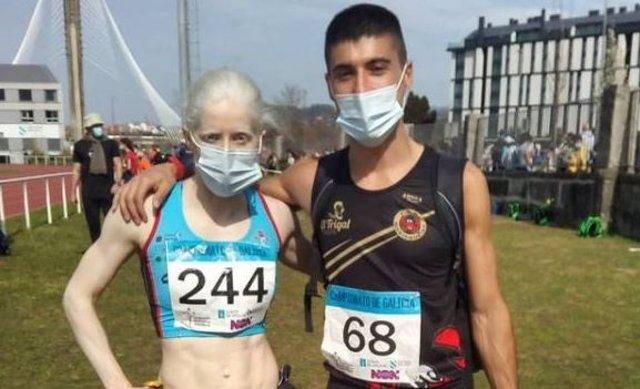 La deportista ciega Susana Rodríguez y su guía Josué Moreno en el Estadio da Xuventude de Pontevedra
