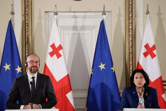 El presidente del Consejo Europeo, Charles Michel (I), y la presidenta de Georgia, Salome Zourabicvili (D) hablan durante una conferencia de prensa tras una reunión.