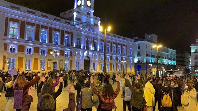 Un grupo de feministas vuelve a concentrarse esta noche en la Puerta del Sol