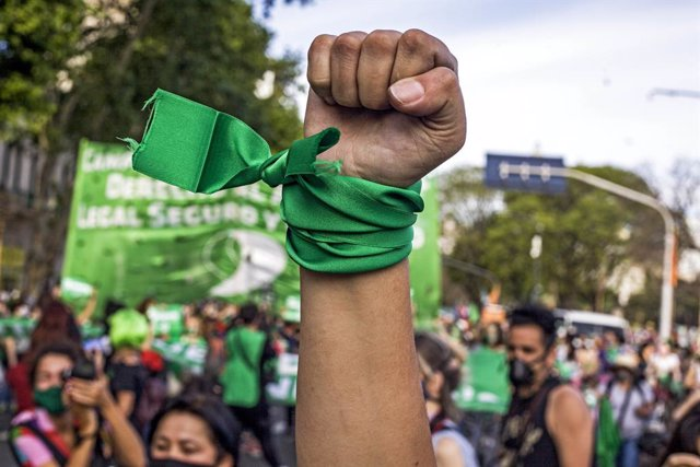 Archivo - 04 November 2020, Argentina, Buenos Aires: Aprotester raises her fist in the air during a protest demanding the legalisation of abortion outside the Argentinian Congress building. Photo: Roberto Almeida Aveledo/ZUMA Wire/dpa