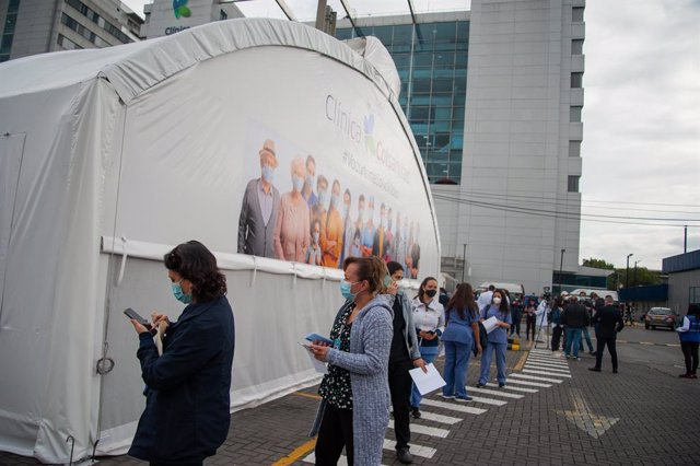 18 February 2021, Colombia, Bogota: Health staff line up to receive a dose of Pfizer-BioNtech's Covid-19 vaccine at the start of the Coronavirus vaccination campaign in nine hospitals. Atotal of 12,582 doses of Pfizer-BioNtech's Covid-19 vaccine were dis
