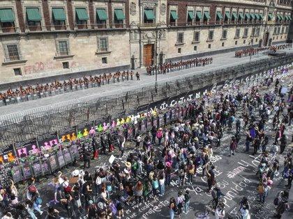México.- Policía usa gas lacrimógeno contra la protesta del 8M que derriba parte del muro del Palacio Nacional en México