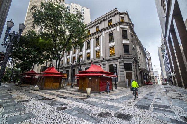 Las calles de Sao Paulo con restricciones debido al aumento de casos de COVID-19.