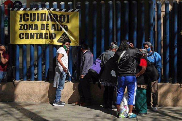 Archivo - Personas en ciudada de México durante la pandemia.