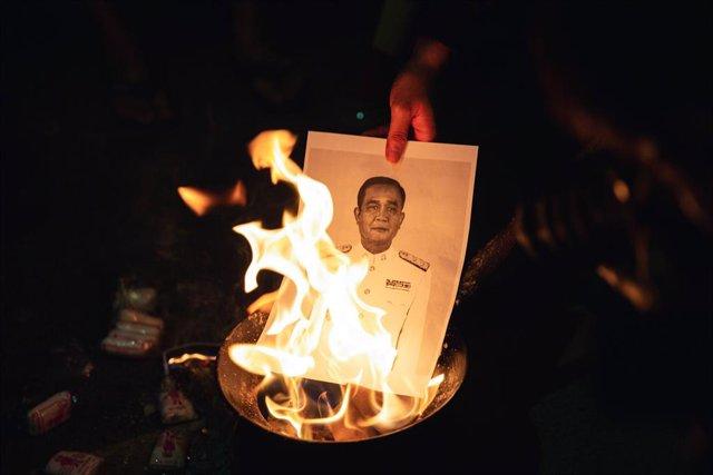 Archivo - 27 November 2020, Thailand, Bangkok: A protester burns a photo of Thai Prime Minister Prayuth Chan-ocha during a Pro-democracy protest demanding governmental reform. Photo: Varuth Pongsapipatt/SOPA Images via ZUMA Wire/dpa