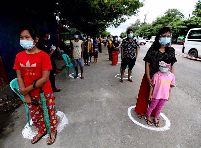 Archivo - Medidas de distanciamiento en Rangún