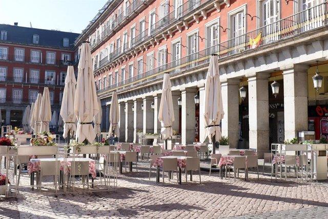 Archivo - Las terrazas de la plaza Mayor de Madrid totalmente vacías, en Madrid, España, a 10 de noviembre de 2020.