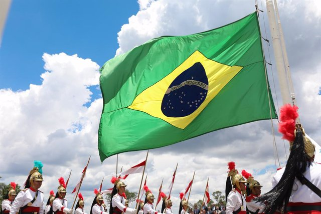 Archivo - HANDOUT - 19 November 2019, Brazil, Brasilia: The Brazilian flag is waved during a Flag Day ceremony. The flag of Brazil was officially adopted on November 19, 1889 after the proclamation of the Republic. Photo: Marcos Correa/Palacio de Planalto