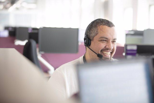 Archivo - Un teleoperador trabajando en un centro de atención al cliente (`contact center')