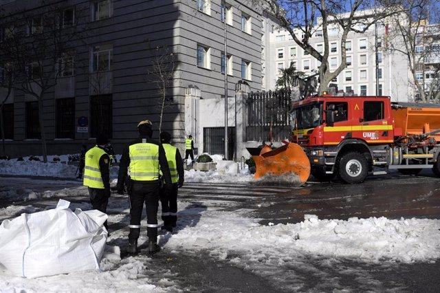 Archivo - Una excavadora de la Unidad Militar de Emergencias (UME) y varios militares durante la limpieza de las inmediaciones del Ministerio de Defensa tras la gran nevada provocada por la borrasca 'Filomena'.
