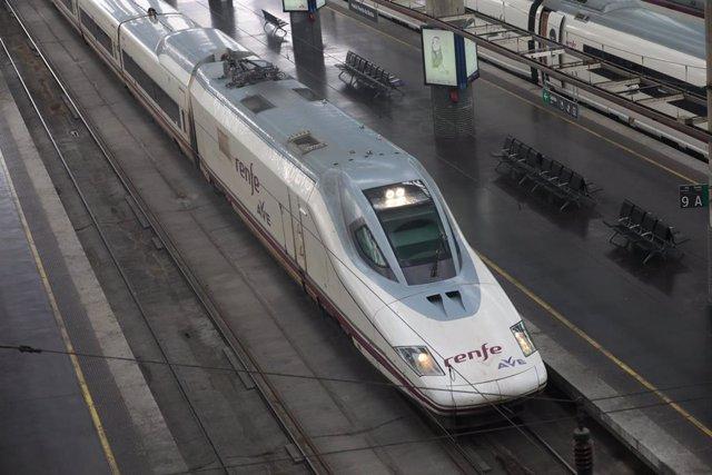 Archivo - Un tren AVE entra en un andén de la estación de Atocha