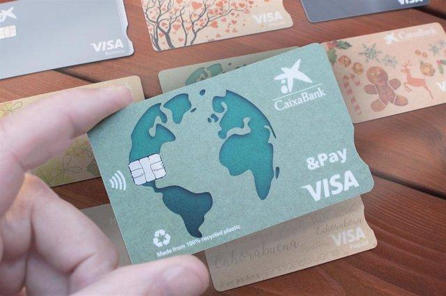 Una tarjeta de Caixabank de materiales reciclados