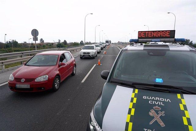 Archivo - Efectivos de la Guardia Civil de tráfico realizan un control aleatorio en la carrertera A-7. Málaga a 8 de abril del 2020