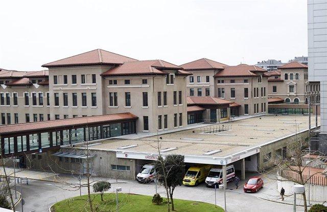 Archivo - Ambulancias en el Hospital Marqués de Valdecilla. Archivo