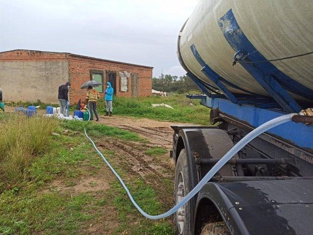 Archivo - Camión cisterna con agua para los asentamientos de Lepe (Huelva), durante el confinamiento en pasado mes de marzo de 2020.