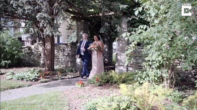 Esta mujer camina hacia el altar el día de su boda tras 18 meses sin poder moverse por un problema en su columna