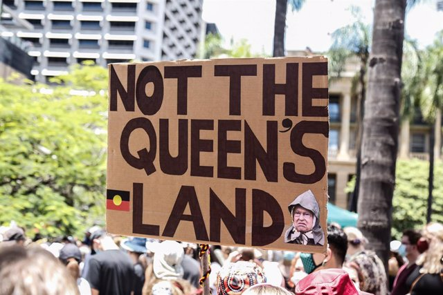 Imagen de una pancarta duranta una manifestación a favor de los pueblos aborígenes en Australia.