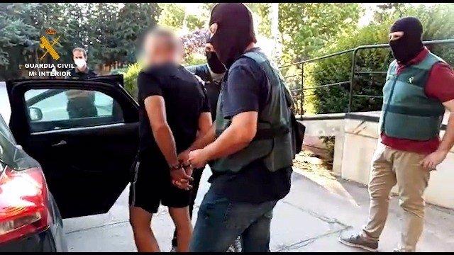 Archivo - Agentes de la Guardia Civil con uno de los hermanos del clan de Los Castañas detenido