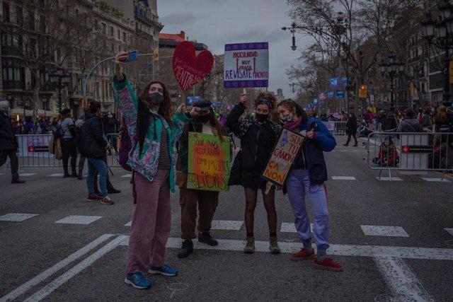 Concentración convocada por Vaga Feminista por el 8M en el Paseo de Gracia, en Barcelona, Catalunya (España), a 8 de marzo de 2021.