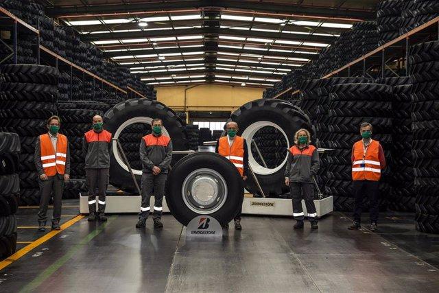 Visita del consejero de Industria, Javier López Marcano, a la fábrica Bridgestone de Puente San Miguel