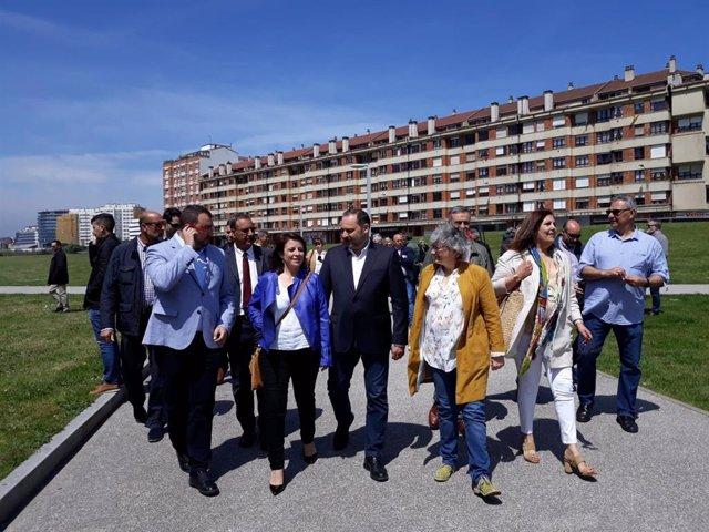 Archivo - El ministro de Transporte,  José Luis Ábalos, durante su visita al 'solarón' de Gijón en 2019 cuando era ministro en funciones de Fomento
