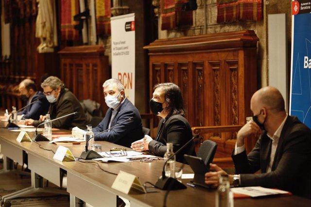 El regidor de Joventut, Joan Ramon Riera; el primer tinent d'alcalde, Jaume Collboni, i la comissionada de Promoció de l'Ocupació i Polítiques contra la Precarietat, Raquel Gil.