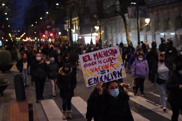 """Una mujer sostiene una pancarta donde se lee """"El machismo también se cura. Vacuna = educación"""", durante una manifestación convocada por el Movimiento Feminista de Bilbao, en Bilbao, Euskadi (España), 8 de marzo de 2021."""